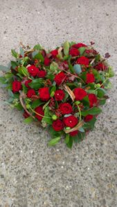 BL0 81 – Rode rozen vol hart 40 cm – € 69,50 - Rouwcenter Ivo Ceulemans